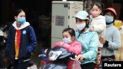 Nhiều người dùng mạng xã hội tại Việt Nam bị xử phạt hành chính vì đưa thông tin bị cho là không chính xác liên quan đến dịch bệnh COVID-19.