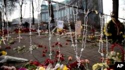 Kiev ၿမိဳ႕၊ လြတ္လပ္ေရးရင္ျပင္မွာ ျပည္တြင္းေရးမၿငိမ္သက္မႈေတြအတြင္း ေသဆံုးခဲ့သူေတြအတြက္ လြမ္းသူ႔ပန္းကံုးပို႔ထားၾကပံု။(၀၂၊၂၄၊၁၄)