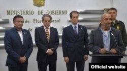 """El ministro de Gobierno de Bolivia, Arturo Murillo (der.) ofrece declaraciones sobre encuentro con representantes de la Unión Europea para """"bajar la tensión"""" con España."""