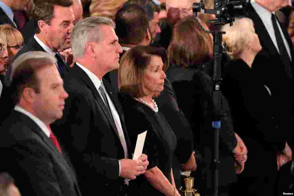 មេដឹកនាំសំឡេងភាគតិចនៅក្នុងរដ្ឋសភាសហរដ្ឋអាមេរិក លោក Kevin McCarthy ដែលជាតំណាងរាស្រ្តខាងគណបក្សសាធារណរដ្ឋមកពីរដ្ឋកាលីហ្វ័រញ៉ា និងលោកស្រី Nancy Pelosi តំណាងរាស្រ្តខាងគណបក្សប្រជាធិបតេយ្យមកពីរដ្ឋកាលីហ្វ័រញ៉ា ចូលរួមក្នុងពិធីគោរពវិញ្ញាណក្ខន្ធដល់អតីតប្រធានាធិបតី អាមេរិក លោក George H.W. Bush នៅក្រោមដំបូលក្រឡូមនៃអាគារសភា Capitol ក្នុងរដ្ឋធានីវ៉ាស៊ីនតោននៅថ្ងៃទី ០៣ ខែធ្នូ ឆ្នាំ២០១៨។