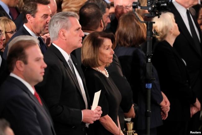 El líder de la minoría de la Cámara de los Estados Unidos, Kevin McCarthy (R-CA) y la representante Nancy Pelosi (D-CA) asisten a las ceremonias del expresidente de EE.UU., George H.W. Bush dentro de la Rotonda del Capitolio en Washington, D.C., 3 de diciembre de 2018.