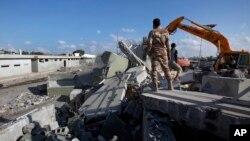 Các chiến binh Libya phá hủy khu Dinh thự Bab al-Aziziya ở Tripoli.
