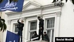 تصویری از حمله کنندگان به سفارت ایران در لندن، که در شبکه های اجتماعی منتشر شد
