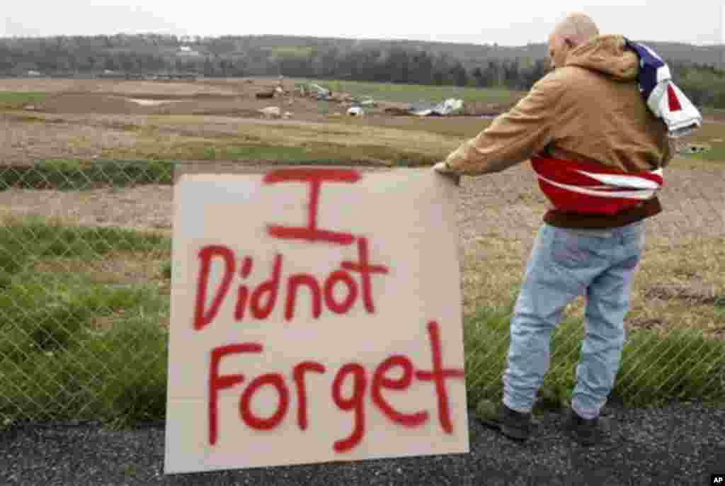 Jeff Ray of Shanksville, Pennsylvania, visits the temporary memorial to United Flight 93 in Shanksville, Monday, May 2, 2011 (AP Photo/Gene J. Puskar (AP)