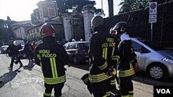 Pasukan pemadam kebakaran Italia berdiri di depan kedutaan Swiss di Roma, di mana salah satu paket bom meledak, Kamis, 23 Desember 2010.