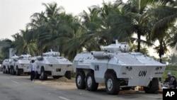 联合国的装甲运兵车停在阿比让的海湾旅馆附近