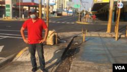 Hugo Ávila, trabaja como mecánico en Maracaibo, Venezuela. [Foto: Gustavo Ocando Alex, VOA].