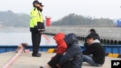 Parientes de las víctimas del ferry Sewol esperan escuchar sobre sus seres queridos en el puerto de Jindo.