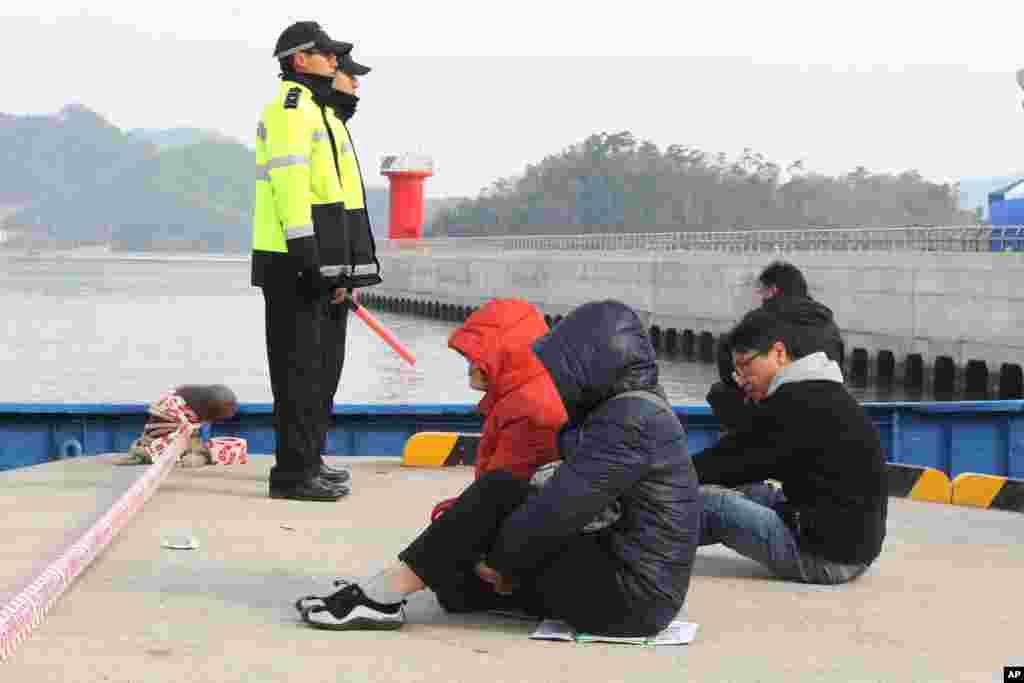 22일 침몰한 여객선 세월호 실종자 가족들이 진도 앞바다에서 구조 소식을 기다리고 있다.