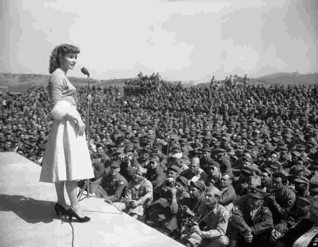 Debbie Reynolds entretiene a soldados del 8vo Batallón del Ejército en Seúl, Corea del Sur, mayo 23 de 1955.