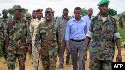 Tổng thống Somalia Sharif Sheikh Ahmed [thứ 2 từ trái sang] đi với các giới chức và chỉ huy quân đội ở thủ đô Mogadishu, Somalia, 24/10/2011