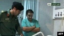 Kaddafi'nin yedi oğlundan biri olan Khamis Kaddafi, arşiv görüntüsünde yaralı bir askeri ziyaret ederken görülüyor. Kaddafi'nin üç oğlu hakkında gözaltına alındıkları, ardından ikisinin serbest olduğu yolunda çelişkili haberler alınıyor.