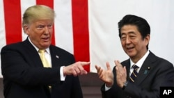 ប្រធានាធិបតីអាមេរិកលោកDonald Trump និងនាយករដ្ឋមន្រ្តីជប៉ុនលោកShinzo Abe បង្ហាញកាយវិការក្រោយពីការថ្លែងសុន្ទរកថានៅមូលដ្ឋានទ័ពមួយភាគខាងត្បូងក្រុងតូក្យូកាលពីថ្ងៃទី២៨ខែឧសភាឆ្នាំ២០១៩។