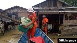 ကရင္ျပည္နယ္၊ ဘားအံခ႐ိုင္၊ ဘားအံၿမိဳ႕နယ္အတြင္း သံလြင္ျမစ္ေရ ျမင့္တက္လာတာေၾကာင့္ ေဒသခံမ်ားကို ကူညီေရႊ႕ေျပာင္းေပးေနတဲ့ မီးသတ္တပ္ဖဲြ႔၀င္မ်ား။ (ဓာတ္ပံု - Myanmar Fire Services Department - ၾသဂုတ္ ၂၄၊ ၂၀၂၀)
