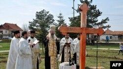 Episkop raško-prizrenski i kosovsko-metohijski Teodosije služi parastos žrtvama NATO bombardovanja u Gračanici, na 13. godišnjicu početka napada na SRJ
