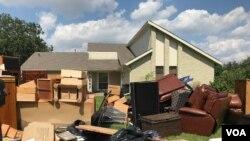 """""""Rác,"""" trên một con đường thành phố Scarsdale sau bão Harvey."""