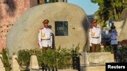 ទាហានឈរយាមនៅក្បែរផ្នូរដែលធាតុរបស់លោកអតីតប្រធានាធិបតី Fidel Castro របស់គុយបាត្រូវបានបញ្ចុះដោយលោកប្រធានាធិបតី Raul Castro នៅកន្លែងបញ្ចុះសព Santa នៅក្នុងក្រុង Santiago de Cuba កាលពីថ្ងៃទី៤ ខែធ្នូ ឆ្នាំ២០១៦។