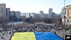 亲乌克兰活动人士2014年3月13日在乌克兰东部城市哈尔科夫集会时展示乌克兰国旗,支持乌克兰领土完整。