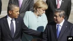 Presiden Barack Obama (kiri), Presiden Susilo Bambang Yudhoyono (kanan) dan Kanselir Jerman Angela Merkel (tengah) sesaat sebelum foto bersama para peserta KTT G-20 di Istana Konstantin, St. Petersburg, Rusia (6/9).