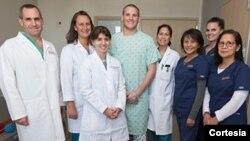Spencer Stone rodeado con el personal médico que lo atendió en el Centro Médico UC Davis de Sacramento.