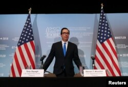 스티븐 므누신 미 재무부 장관이 지난 2일 캐나다에서 열린 주요 7개국(G7) 재무장관 회의 후 기자회견을 열고 있다.