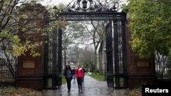Các sinh viên đi trong khuôn viên trường Đại học Yale ở New Haven, Connecticut.