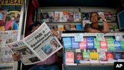 El acoso de gobiernos y grupos parapoliciales a los periodistas agrava la censura en América Latina.