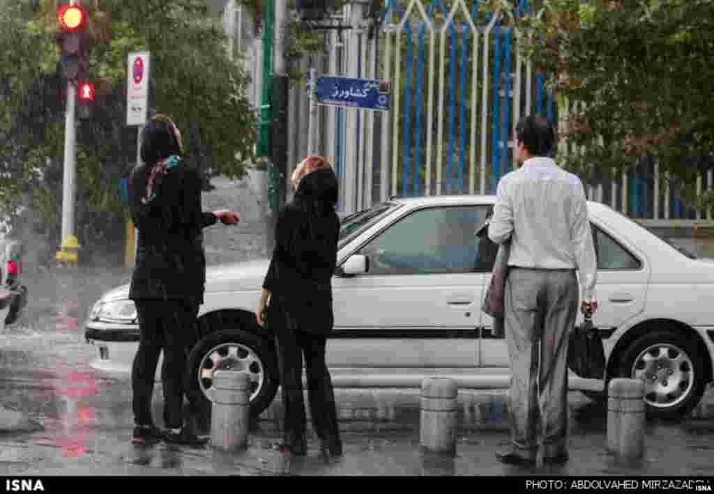 بارش باران در تهران اگرچه طرفداران و مشتاقانی هم داشت اما شدت آن در برخی خیابانها سیلاب به راه انداخت و باعث بروز مشکلاتی شد.