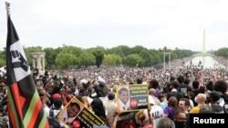 Pjesëmarrësit në marshimin kundër padrejtësisë racore
