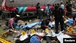 Rescatistas agrupan a los fallecidos durante el accidente donde al menos perecieron tres bebés.