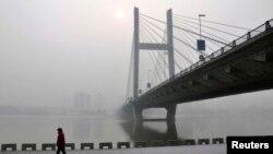 2月25日吉林省松花江畔公路桥下有人行走