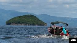 Soldados del Ejército y miembros de la Base Naval de Honduras se dirigen a la Isla Conejo -120 kms al sur de Tegucigalpa- para izar la bandera nacional, el 1 de septiembre de 2021.