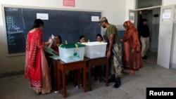 Suasana di salah satu TPS Pemilu Ulang di Karachi (18/5).