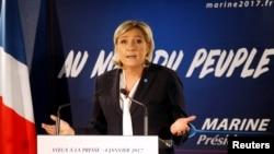 Marine Le Pen, presiden partai ultrakanan Perancis Front Nasional, anggota parlemen Eropa dan kandidat pemilihan presiden 2017, berbicara kepada media di Paris (4/1). (Reuters/Charles Platiau)