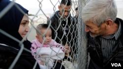 Seorang pria Suriah yang tinggal di Siprus, bertemu dengan kerabatnya yang tiba di kamp pengungsi di Kokkinotrimithia, di luar ibukota Nicosia, Siprus (4/2).