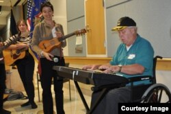 A veteran performs with MusicianCorps artist Laura Cambron on Veterans Day in 2010. (Courtesy MusicianCorps)