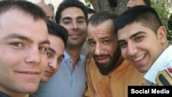 هواداران امیر تتلو و او در روز سه شنبه مقابل دادسرا