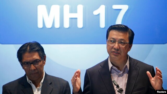 Malaysia's Transport Minister Liow Tiong Lai (R) speaks during a news conference at a hotel near the Kuala Lumpur International Airport in Sepang, July 19, 2014. At left is Malaysia's Department of Civil Aviation Director General Azharuddin Abdul Rahman.