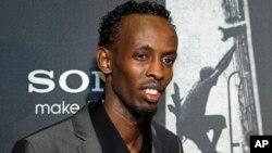 """Barkhad Abdi posa para los fotógrafos en la alfombra roja durante la presentación de la película """"Capitán Phillips"""" en el Newseum en Washington."""