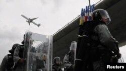 在香港防暴警察和抗議者在國際機場外對峙之際,一架飛機起飛。(2019年9月1日)