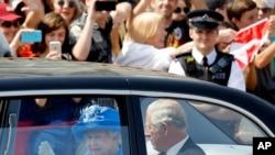 英国女王伊丽莎白和查尔斯王子离开白金汉宫,前往新议会开幕典礼(2017年6月21日)