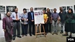 """Para pembicara dalam diskusi dan para photographer dalam Pameran Foto Scapegoating the """"others"""" in Southeast Asia, di Galeri Salihara, Pasar Minggu, Jakarta Selatan, Kamis (6/12). (Foto: VOA/Ghita)."""