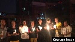 20017年7月13日深夜,支持者冒着被抓捕危险到沈阳医院悼念当天因肝癌去世的诺贝尔和平奖获得者、中国异议作家刘晓波。(网友提供图片)