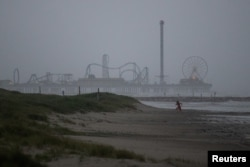 Seorang anak bermain di sepanjang garis pantai menjelang kedatangan Badai Tropis Nicholas di Galveston, Texas, 13 September 2021. (REUTERS/Adrees Latif)