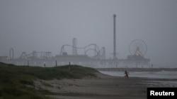 Pantai di kota Galveston, Texas menjelang datangnya badai tropis Nicholas (13/9).