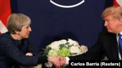 រូបឯកសារ៖ នាយករដ្ឋមន្ត្រីចក្រភពអង់គ្លេស Theresa May និង ប្រធានាធិបតីសហរដ្ឋអាមេរិកលោក Donald Trump ចាប់ដៃគ្នានៅក្នុងកម្មវិធី World Economic Forum កាលពីថ្ងៃទី២៥ ខែមករា ឆ្នាំ២០១៨។