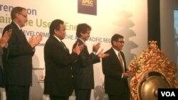 Wakil Menteri ESDM Susilo Siswoutomo (kanan) membuka Konferensi Kerjasama Ekonomi Asia-Pasifik (APEC) tentang Pemakaian Energi (VOA/Muliarta)