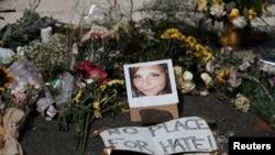 Bunga-bunga dan sebuah photo Heather Heyer, korban serangan dengan mobil, teronggok di lokasi tempat kenangan dadakan di Charlottesville, Virgina, 13 Agustus 2017 (foto: REUTERS/Justin Ide)