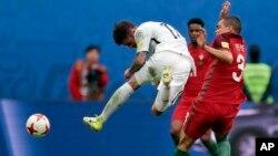 Pepe du Portugal, à droite, en duel avec Thomas Doyle de la Nouvelle-Zélande lors d'un match du groupe A de la Coupe des Confédérations entre le Portugal et la Nouvelle-Zélande au stade St. Petersburg, Russie, 24 juin 2017.