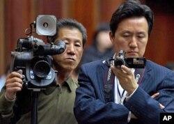 10일 기자회견을 취재하는 VOA 백성원 기자(오른쪽). 왼쪽은 북한 매체 소속 사진기자.